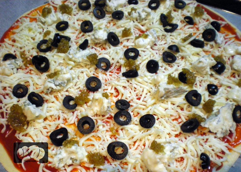 pizza de anchoas con salsa de nueces y gorgonzola