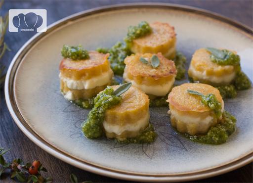 receta de bocaditos de polenta con queso de cabra y pesto