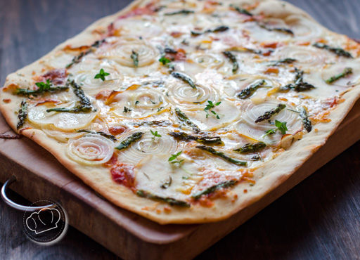 receta de pizza de patata, cebolla y esparragos trigueros