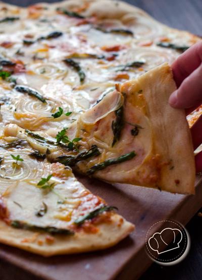 receta de pizza de patata, cebolla y espárragos trigueros